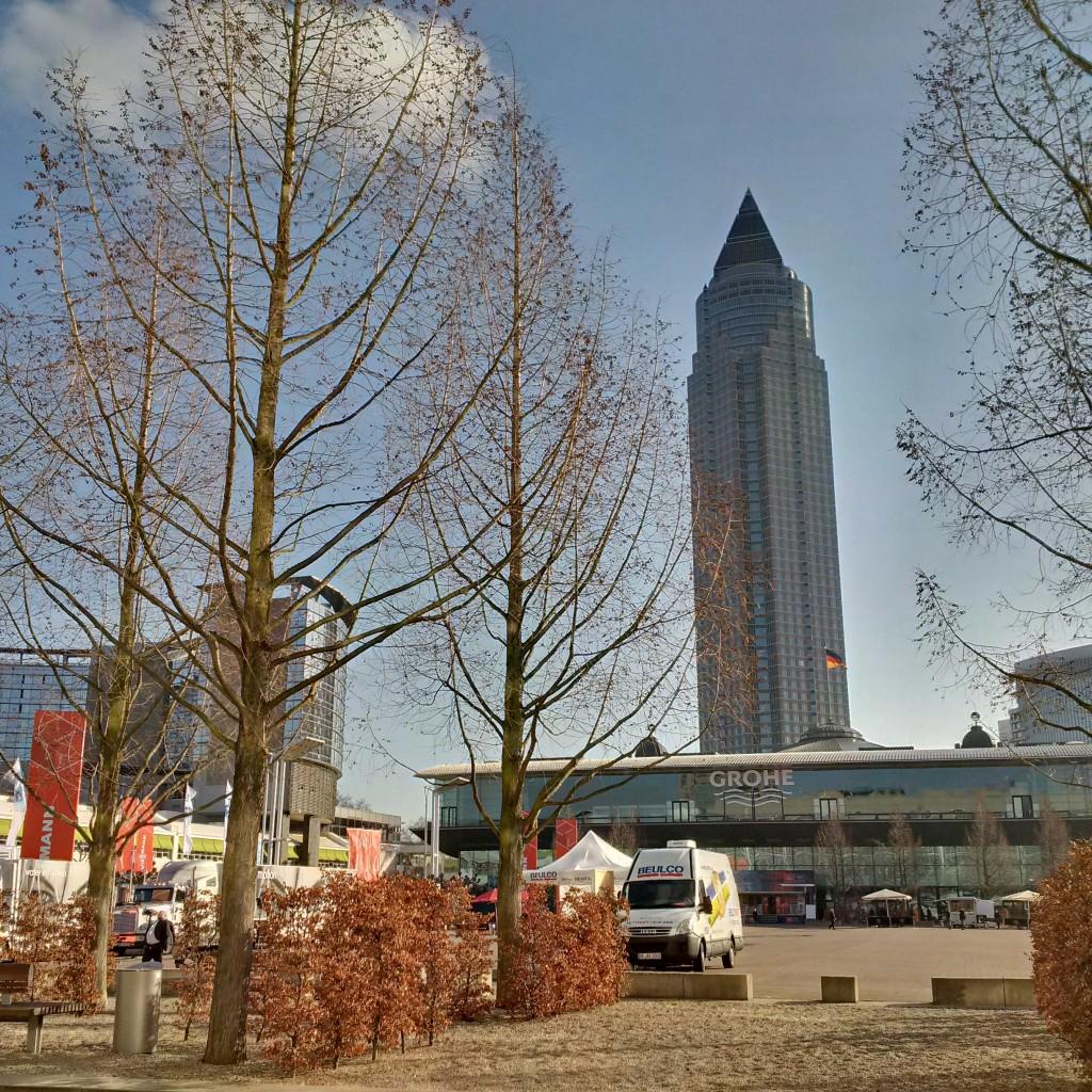 """Widok na słynną """"kredkę"""" z terenu targów ISH, Frankfurt nad Menem."""