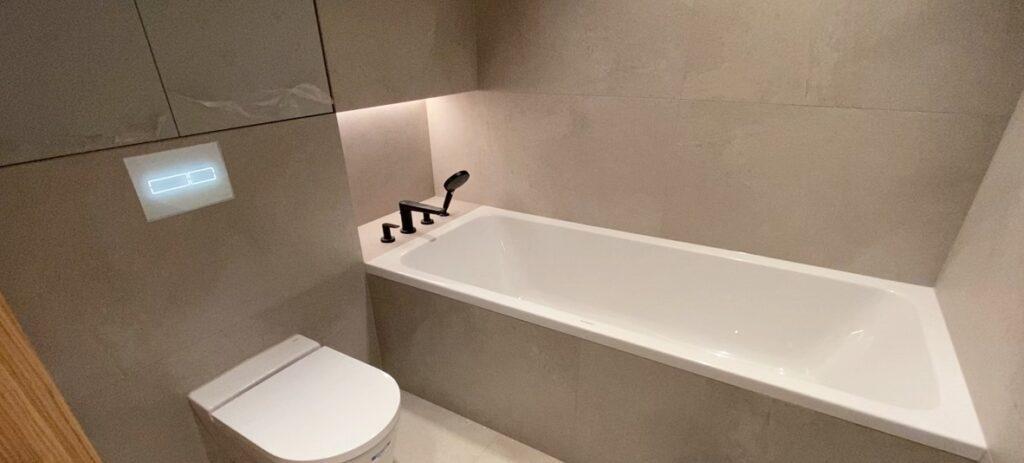 wanna z bateriami z półki oraz stelaż TECE do WC z przyciskiem TECElux mini | HMI Szczecin