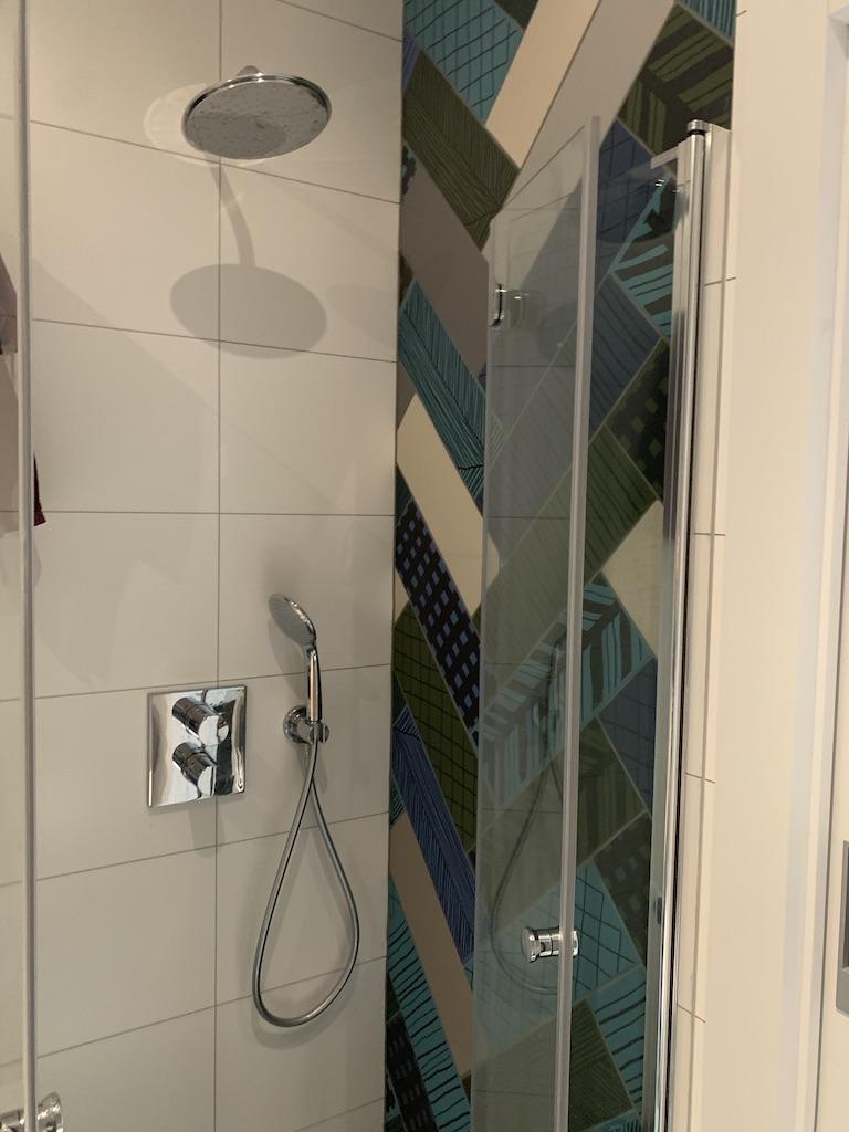 prysznic z bateriami na modułach podtynkowych