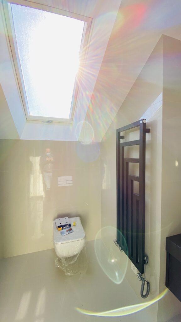 łazienka z grzejnikiem i stelażem TECE do WC w zabudowie | HMI Szczecin